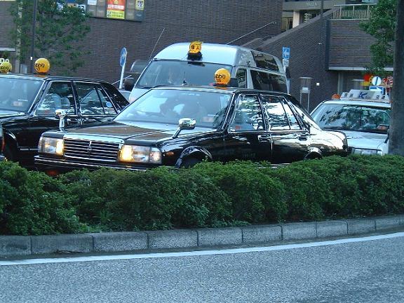 JR川崎駅西口のタクシー乗り場で並んでいるところの写真。