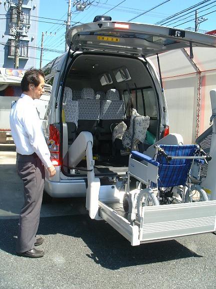 車両後部より車椅子で乗車する模様の写真。