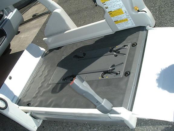 車椅子、簡易ストレッチャーを固定する金具の写真。