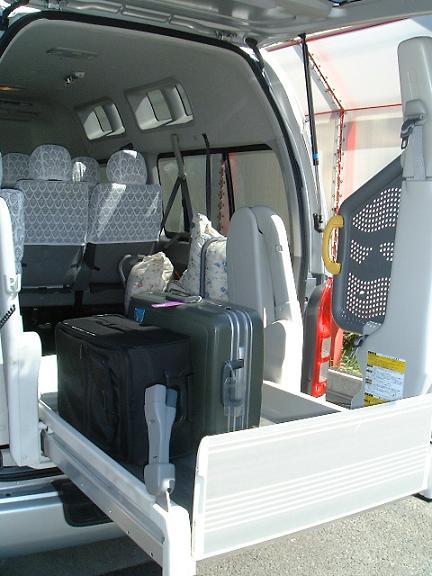 スーツケースをリフトで積み込む様子。