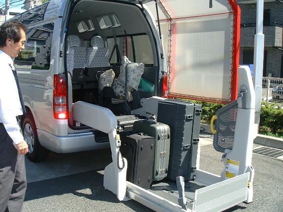 リフトにスーツケースを載せたところの写真。