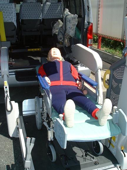 車両後部より寝たままの状態で乗車する模様の写真。