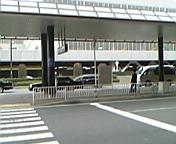空港出口から当車両をみたところの写真。